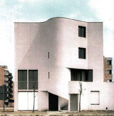 Expressionisme in de welvende gevels van deze sociale huurwoningen op de rue de Ménilmontant in Parijs. Een ontwerp van Henri Gaudin uit 1982.