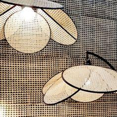 Must Have : La suspension en cannage… Lighting Showroom, Interior Lighting, Diy Abat Jour, Diy Luminaire, Lampe Decoration, Archi Design, Cane Furniture, Minimal Living, Deco Design