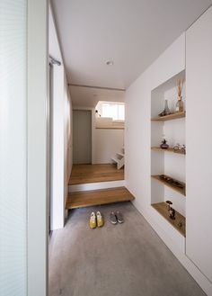 Image 13 of 24 from gallery of Gap House / STORE MUU design studio. Photograph by ViBRAphoto/Yoshihiro Asada Japanese Interior Design, Home Interior Design, Interior Styling, Interior And Exterior, Modern Design, Design Studio, House Design, Korean Apartment, House Entrance