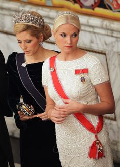 Crown Princess Mette-Marit of Norway and Crown Princess Marie-Chantal of Greece. Mette-Marit wears her Daisy tiara and Marie-Chantal wears Queen Sophie's Diamond Tiara Princesa Diana, Princesa Real, Royal Crowns, Royal Tiaras, Marie Chantal Of Greece, Norwegian Royalty, Greek Royalty, Greek Royal Family, Royal Families Of Europe