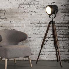 Vloerlamp 'Axl' , Deze vloerlamp heeft een massief houten statief. De kap, voorzien van reflectieglas, is uitgevoerd in ambachelijk zwart gepoedercoat metaal. Deze materialen zorgen ervoor dat deze sfeervolle vloerlamp past in veel interieurs. Doordat de kap naar boven en beneden is te verstellen, is het een perfecte leeslamp of geeft het in donkere ruimtes fijn licht.