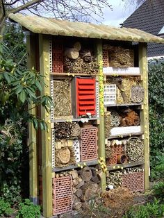 Insect Hotel Selbst Geba - How to Garden-Design Garden Bugs, Garden Insects, Garden Animals, Garden Pests, Garden Art, Outdoor Projects, Garden Projects, Bug Hotel, Most Beautiful Gardens