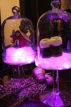 A nuvem feita com manta acrílica foi parar dentro da redoma de vidro. O fio de LED deu o efeito luminoso que o Natal merece (Decoração de Natal | Christmas decor)