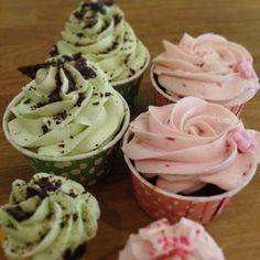 Chocolate Chip Cheesecake & Raspberry Fudge just waiting to be eaten  #cupcake #chocolate #cheesecake #chocolatechip #raspberry #fudge #rose #rossprits #frosting #fint #gott #yummy #homemade #hembakat #torsdagsmys #snartärdethelg #fika #snack #gottigottgott