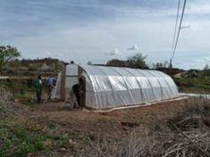 Cómo hacer tu propio invernadero con tubos de PVC – huertaelcampichuelo Outdoor Gear, Tent, Decor, Gardens, Pvc Pipes, Greenhouse Gardening, Chicken Coops, Renewable Energy, Green Houses