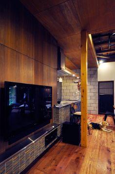モザイクタイルで、TVの下からキッチンまで一体感を持たせている。TVとデッキは壁の後ろの納戸で配線し、表からは見えない。