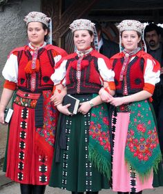 Hungarian girls wearing traditional folk costumes during Easter in the village of Sâncraiu, Transylvania, north western Romania 2006 © Stacey Booth