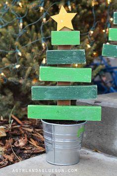 Best Ideas Scrap Wood Crafts For Kids Christmas Gifts Christmas Trees For Kids, Christmas Wood Crafts, Pallet Christmas Tree, Christmas Signs, Rustic Christmas, Christmas Projects, Holiday Crafts, Christmas Time, Christmas Calendar
