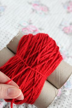 DIY Pom Poms - easy way to make pom poms (in swedish) but pics easy enough to understand. This method is simpler than the card circle method- but the pom pom needs trimming - it doesn't come out a perfect sphere Pom Pom Crafts, Yarn Crafts, Diy Crafts, Diy Projects To Try, Crochet Projects, Craft Projects, Craft Ideas, Loom Knitting, Knitting Patterns