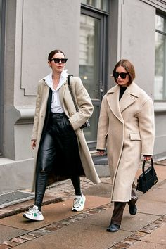 Street style looks not to be missed from Copenhagen Fashion Week fall/winter 2020 Spring Street Style, Street Style Looks, Street Style Women, Copenhagen Street Style, Copenhagen Fashion Week, Popsugar, Dior, Baskets, Beige Trench Coat