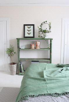 Lantligt på Svanängen: Syreberikat trädgårds- sovrum med mycket gröna växter och trä!