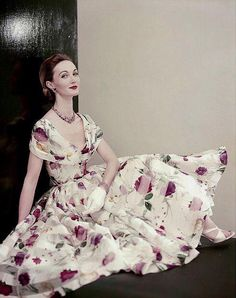 Evelyn Tripp in a lovely floral print silk organdy with low fichu-collar and full skirt, photo by Roger Prigent, Vogue, April 1955 Fifties Fashion, Retro Fashion, Vintage Fashion, Vintage Vogue, Vintage Glamour, Vintage Gowns, Vintage Outfits, Fashion Photo, Fashion Models