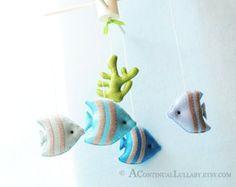 ** Das Mobile werden in Naturfarbe hölzernen Kleiderbügel. Haben Sie Fragen, kontaktieren Sie mich vor purchasing.* *    Schöne Boote & Fisch-Mobile von A kontinuierliche Lullaby. Diese Mobile umfasst 4 Boote, 4 Fische und ein verträumter Leuchtturm in eine natürliche Farbe hölzernen Kleiderbügel. Haben Sie auch schöne Wolken und Möwen.  Wunderschön gestaltete und 100 % handgemacht (Hand Cut + Hand genäht) in hoher Qualität.    Messungen:  Holz Kleiderbügel: 10,2 cm x 10,2 cm  Gesamthöhe: 15…