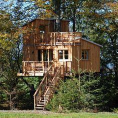Außenansicht eines Baumhauses