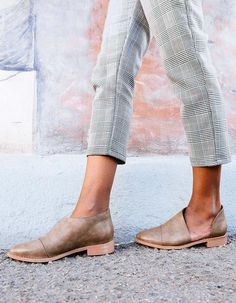 Our favorite new flat! The Freya Flat features a side cut out and almond shaped toe in a soft faux leathertexture! Pairsperfectly with all your frayed skinnies!• Faux leather.•Cushioned insole.