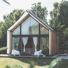 7 Extraordinary Inspirations of Modern Tiny House Design - Having a small living space doesn't prevent you from pursuing your dream home. Surprisingly, a modern tiny house design can give you more in return. Small Modern Home, Modern Tiny House, Tiny House Cabin, Tiny House Design, A Frame Cabin, A Frame House, Bungalow, Style At Home, Weekend House