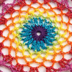 Crochet: acercamiento de la malla tejida en colores del arcoíris!! Cambiamos de color en cada hilera :) Video tutorial del paso a paso