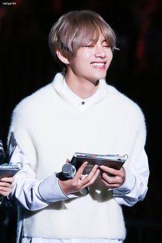 """Jimin why are you so afraid about accepting that you love me?"" ""Jungkook it isn't possible! Bts Taehyung, Jimin, Kim Namjoon, Bts Bangtan Boy, Seokjin, Hoseok, Taehyung Smile, Foto Bts, Bts Photo"