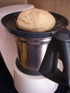 Esta receta es de una excelente cocinera sueca llamada Atina. El nombre en Sueco es Sockerkringla. Socker = azucar y kringla es la forma que tiene. Ingredientes: 25 grs. levadura prensada 125 grs. mantequilla o margarina 200 ml. leche 85 grs. azucar 1 cda. azucar vainillada 2 huevos 550 gr. de harina mantequilla deterrida para … Cake Decorating Frosting, Pan Dulce, Pan Bread, Donut Recipes, Let Them Eat Cake, Holiday Recipes, Food And Drink, Sweets, Chocolate