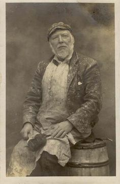 A painter & decorator, photographed at the Eastbourne branch of Rapid Art Photography 15th Century, Art Blog, Vintage Photos, Art Reference, Art Photography, My Arts, Portrait, Irving Penn, Artist