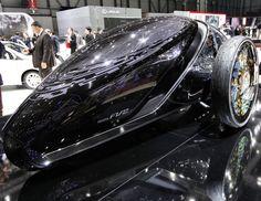 Toyota FV2 ConceptA mi-chemin entre une auto et une moto, le Toyota FV2 Concept est l'une des études de style les plus intéressantes du salon de Genève. A l'intérieur du FV2, il n'y a pas de volant, c'est grâce aux mouvements du corps que l'engin se conduit. Ce concept semble tout droit sorti du film Tron.