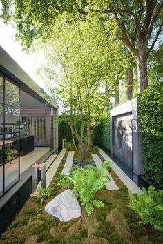 Urban Garden Design This small garden features an art piece that's surrounded by a large hedge. Small Backyard Landscaping, Backyard Garden Design, Ponds Backyard, Landscaping With Rocks, Modern Landscaping, Patio Design, Landscaping Ideas, Landscaping Software, Garden Bed