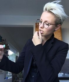 There are no rules to this thing Brittcfredericks LA I NY - Hair - Cheveux Pixie Hairstyles, Cool Hairstyles, Hair Inspo, Hair Inspiration, New Hair, Your Hair, Corte Y Color, Androgynous, Pixie Cut