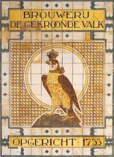 Tableau van 161 keramische tegels met de naam en het bedrijfslogo van de Amsterdamse bierbrouwerij De Gekroonde Valk, door de Porceleyne Fle...