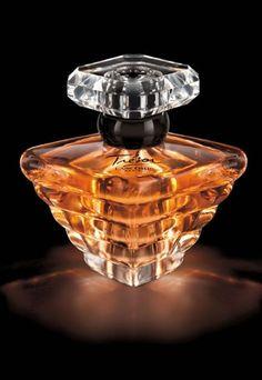 Trésor Lancôme - Perfume Trésor Lancôme - Historia perfume Trésor Lancôme - Perfumes míticos- perfumes clásicos- historia perfumes- alta perfumería - Historia Hace 20 años, Lancôme desvelaba Trésor, su perfume de excepción. Con una escritura olfativa inédita, éste perfume evoca el amor universal, intemporal. En 1990 y hasta 1996...