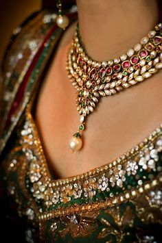 Beautiful Indian Brides So beautiful, can work on an. Beautiful Indian Brides So beautiful, can work on any traditional dress - Indian Wedding Jewelry, Indian Jewelry, Indian Necklace, Indian Weddings, Bride Indian, Pakistani Jewelry, Beaded Necklace, Gold Necklace, Emerald Necklace