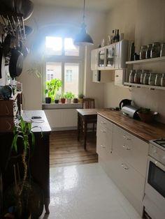 Lieblingszimmer Küche mit Gewürzsammlung, schönem Esstisch aus Holz sowie großem Fenster.  3-Zimmerwohnung in Berlin. #Küche #light #kitchen #PrenzlauerBerg #Arbeitsplatte #Essbereich