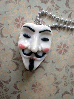My sister Elasah is trying to find a good mask of this to wear on the 5th of November. Mayeb I can just get her a key chain instead ^^