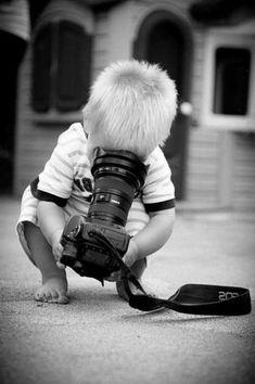 une-photographie-amusante-noir-et-blanc-enfant-apareil-de-photo-sourire