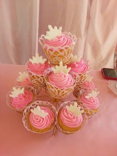 Cup cake de princesa 1 año Princess Birthday, Pink And Gold, Birthdays, Baby Shower, Crystals, Cake, Ballet, Party, Tattoos