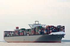 Die Munchen Bridge IMO-Nummer:9706750 Flagge:Panama Länge:366.0m Breite:51.0m Baujahr:2015 einlaufend nach Hamburg am 29.05.16 bei Lühe.
