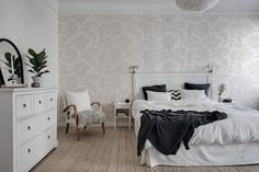 floral wallpaper in neutral colors