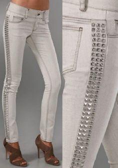 calça jeans customizada com tachinhas nas laterais