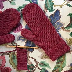 These mittens are worked in slip stitch crochet to create a dense and warm fabric.