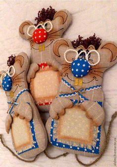 Мышки-поздравлялки. Порадуйте своих близких забавным поздравлением.  Алелми… Mouse Pictures, Year Of The Rat, Sewing Box, Waldorf Dolls, Amigurumi Doll, Crochet Dolls, Softies, Sewing Crafts, Doll Clothes