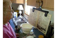Homemade Cookbook Hanger.      なるほどー。パンツをクリーニングに出すとついてくる、もしくは100円ショップでも売っている、あのパンツ用ハンガーです。途中でパタ...