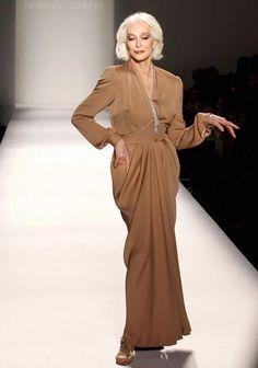 Beautiful gray-haired model Carmen Dell'Orefice Carmen Dell'orefice, Francesco Scavullo, Richard Avedon, Ny Fashion Week, New York Fashion, Modern Fashion, Look Fashion, Daphne Selfe, 50 Y Fabuloso
