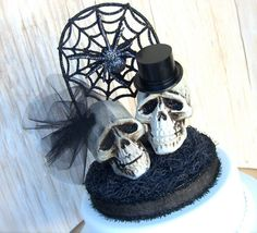 We love this glittery spooky cake topper for a fun halloween wedding!