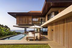 Com o terreno facilitando uma ampla frente para o mar, o projeto foi capaz de responder com uma arquitetura que parece flutuar sobre a vegetação de...