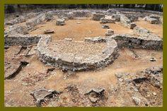 Basílica de Vega del Mar. San Pedro de Alcántara (Málaga), Siglo VI. De planta basilical con doble ábside enfrentado. Junto al ábside de la cabecera se sitúa una pila bautismal. En los pórticos que flanquean la iglesia se realizaban los enterramientos.