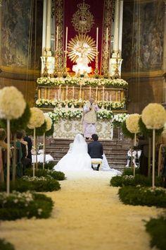 Il matrimonio in Sicilia secondo Enzo Miccio, tra la Cattedrale di Acireale e un trionfo di colori e luce.