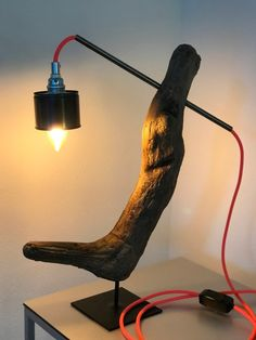 Diese Schreiner Lampe hat Martin Tschanz 2020 in Chur hergestellt. Das Schwemmholz stammt aus dem Rhein. Als Lampenschirm dient eine alte Konservenbüchse, die optimal in diese Lampenkreation passt. Die Lampe ist nicht nur ein Bijou, sie wurde auch ökologisch hergestellt. Ganz im Sinne der Nachhaltigkeit. Handwerk aus der Region, für alle Regionen. #MartinTschanz #Lampe #Schwemmholzlampe #Stehlampe #Tischlampe #Nachttischlampe #Beistelllampe #Schweiz #Bern #Chur #ökologisch #nachhaltig Handmade Wood Furniture, Chur, Led, Table Lamp, Lighting, Home Decor, Flagstone, Bedside Lamp, Driftwood