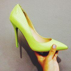 Nos encanta poner un acento en color vibrante #yellow #shoes #fashion #blog
