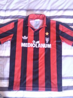 AC Milan football shirt 1991 - 1992 sponsored by Mediolanum Marco Van Basten, Ac Milan, Football Kits, Football Jerseys, Milan Football, Classic Football Shirts, Everton Fc, Tacos, Design