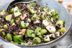 Apfel-Sellerie-Linsen-Salat – was für eine Kombi! Und dazu eine Kombination, die mich mal wieder an meine Kindheit erinnert. Meine Mutter hat Granny Smith Äpfel mit Selleriestangen als Snack …