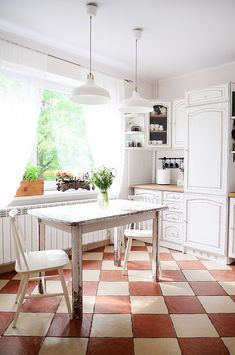 Easy Kitchen Makeover with Old White Chalk Paint® and Annie Sloan Soft Clear Wax | Feature via Heart Home Magazine